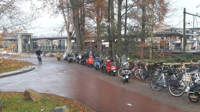 Hier wil de gemeente een eind aan maken door aan de andere kant van het station een stallingsplek voor scooters aan te leggen.