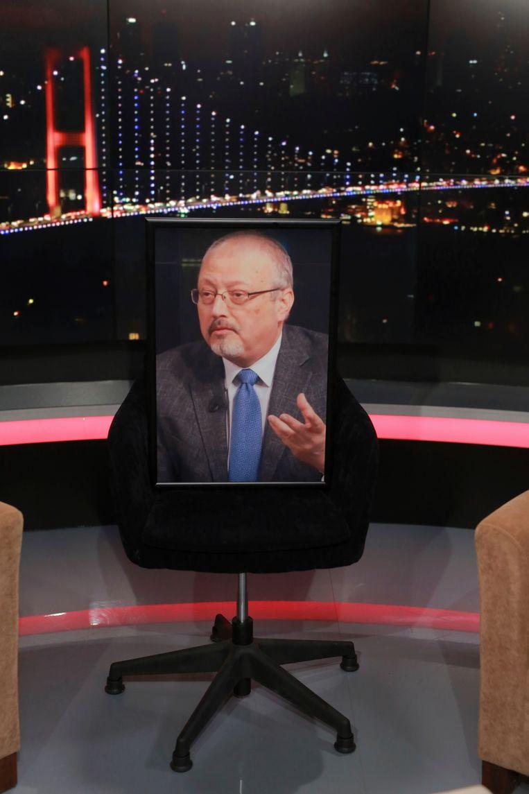 Een lege stoel met een grote foto van de verdwenen journalist Jamak Khashoggi in een opnamestudio, voor een Turks tv-programma waar Khashoggi acte de presence had moeten geven.