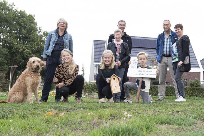 Bewoners van de Dille, waaronder Klaasje Koopman (op foto met blauwe jeans jasje links), plaatsen het eerste protestbord langs de weg tegen hondenpoep in de Kruidenwijk.
