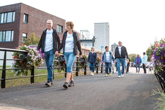 De Poortstappers aan het begin van hun wekelijkse wandeling op het bruggetje bij de brasserie van Borrendamme. Voorop coördinatoren Janet en Jaco Vleeshouwer.