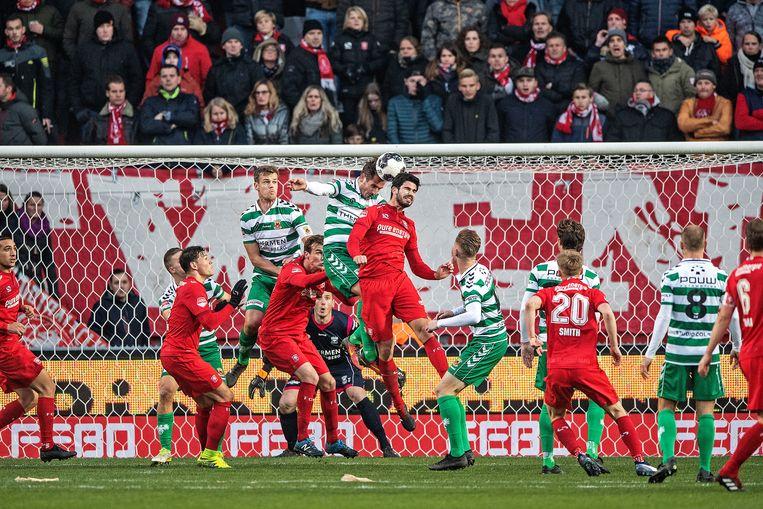 FC Twente (in het rood) wil de 1-0-achterstand wegpoetsen en zet Go Ahead onder druk. De Deventenaren zouden standhouden. Beeld Guus Dubbelman / de Volkskrant
