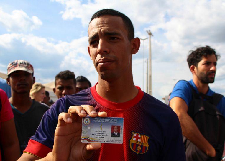 Sergeant Jorge Luis Gonzalez Romero toont zijn identiteitskaart aan de pers nadat hij vluchtte naar Brazilië.