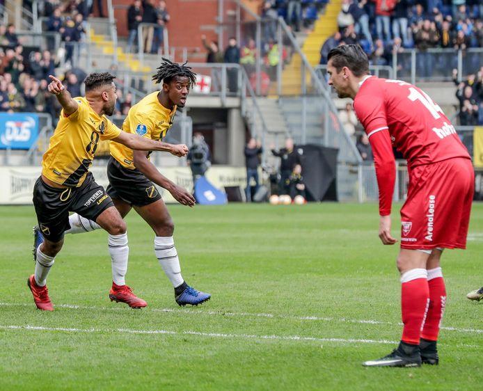 Anouar Kali en Greg Leigh juichen na een treffer van de verdediger tegen VVV-Venlo. NAC hoopt van beide spelers afscheid te nemen.