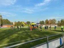Traumaheli landt tijdens wedstrijd op sportpark voor hulp na val van trap in woning in Dinxperlo