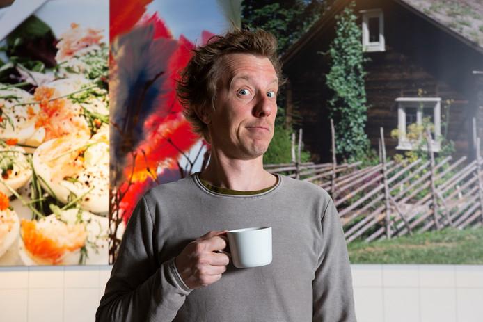 Jasper van Kuijk in het restaurant van Ikea in zijn thuisstad Delft: ,,Even een jaar geen theater, maar ook in Zweden ga ik gewoon werken.''