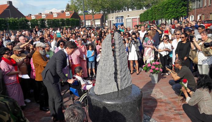 Burgemeester Paul Depla en 'oma Roos' onthullen het Molukse monument in de Driesprong in Breda.