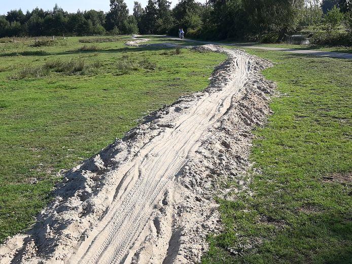 Een lang zilveren zandspoor door natuurgebied Klavenhaar blijkt een nieuw deel van de groene mountainbikeroute te zijn.