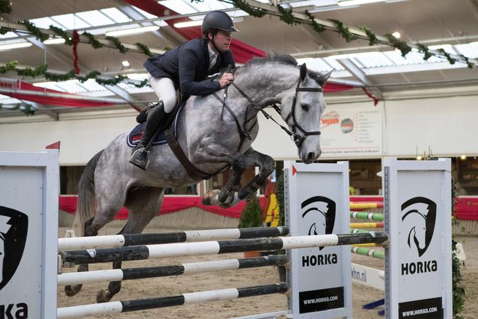 Pim Mulder met zijn paard in actie op de Sallandse Ruiterdagen in Marienheem.
