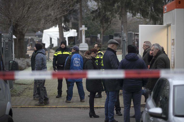 Politie zoekt op een begraafplaats aan de Beente naar Tanja Groen. De studente verdween in 1993 spoorloos.  Beeld ANP