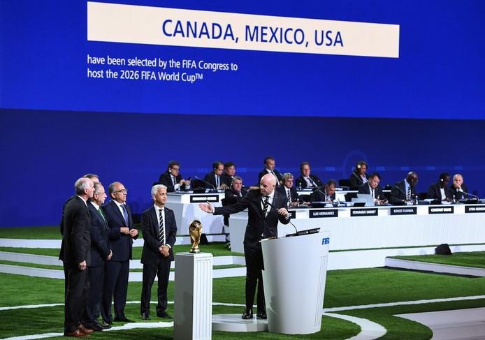 FIFA-president Gianni Infantino spreekt de drie landen toe.