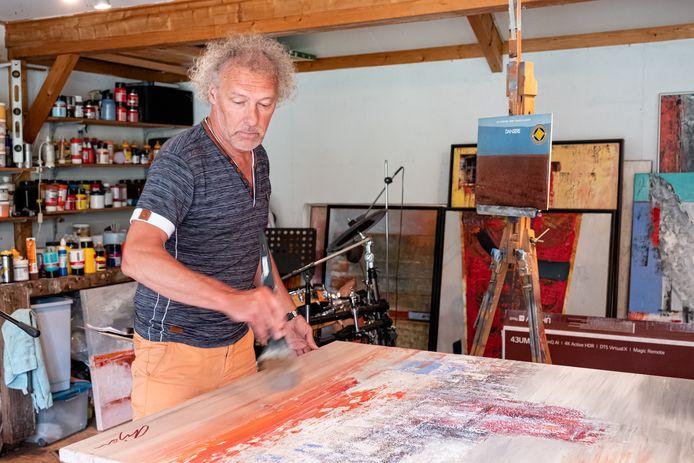 Arjen van der Linden in zijn atelier.