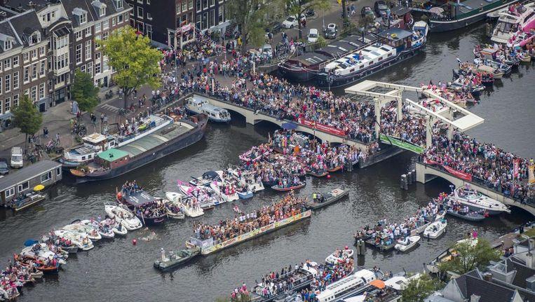 De Canal Parade vanuit de lucht. Beeld ANP