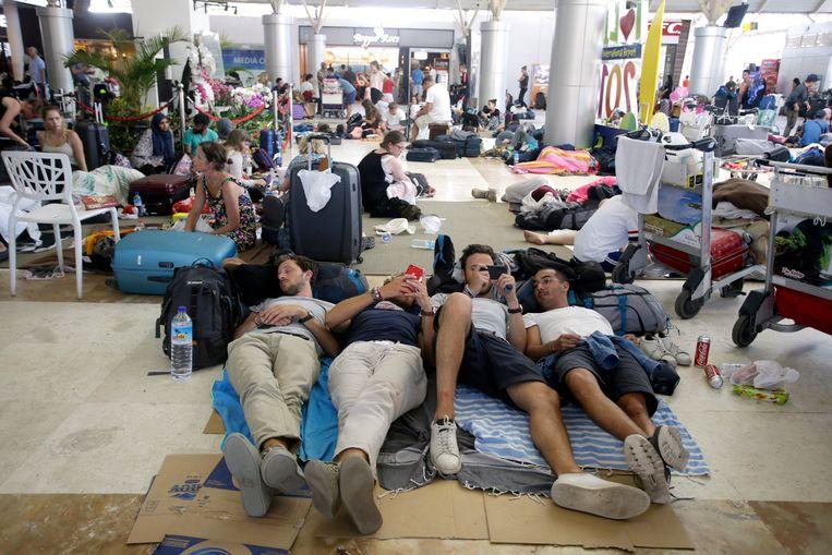 Toeristen wachten op hun vlucht op Lombok International Airport. Beeld null