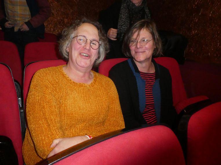 Buurtbewoners Tracy Weiman en Reine Nust: 'Moeten we verrast kijken, of blij, of geschokt?' Beeld Hans van der Beek