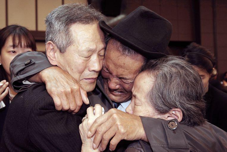 Noord-Koreaan Son Kwon Geun (midden) omhelst huilend zijn Zuid-Koreaanse familieleden tijdens een bijeenkomst in 2015 in het Daimond Mountain resort in Noord-Korea, waar de schaarse familieherenigingen soms plaatsvinden. Die leiden vaak tot hartverscheurende taferelen omdat de familieleden elkaar meestal meer dan 60 jaar niet hebben gezien, en elkaar na het afscheid waarschijnlijk nooit meer terug zullen zien. Het Zuid-Koreaanse Rode Kruis wil nu proberen een nieuwe ronde van familieherenigingen te organiseren. Beeld AP