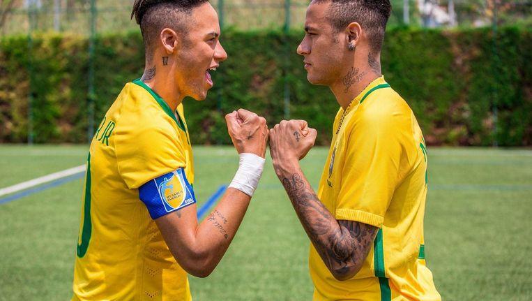 Neymar bekijkt zijn wassen evenbeeld, dat sinds kort bij Madame Tussauds staat. Beeld photo_news