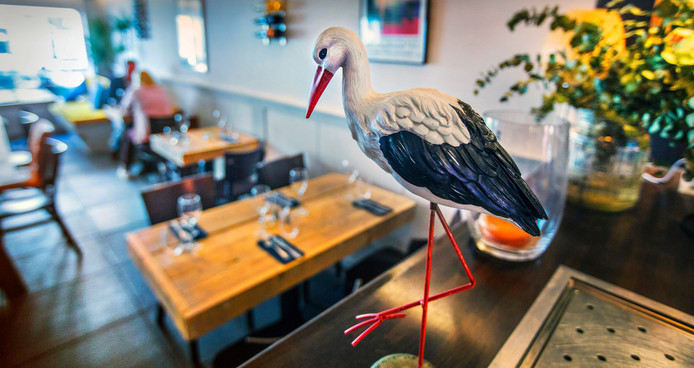 'Cigogne' betekent 'ooievaar', en daarom prijkt de vogel ook op de bar in het restaurant.