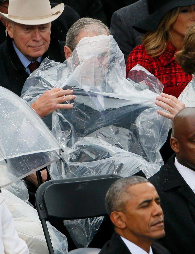 Kort geleden zat hij zo olijk onder de door hemzelf verkeerd gedrapeerde doorzichtige regenponcho bij de inauguratie van Trump Beeld reuters