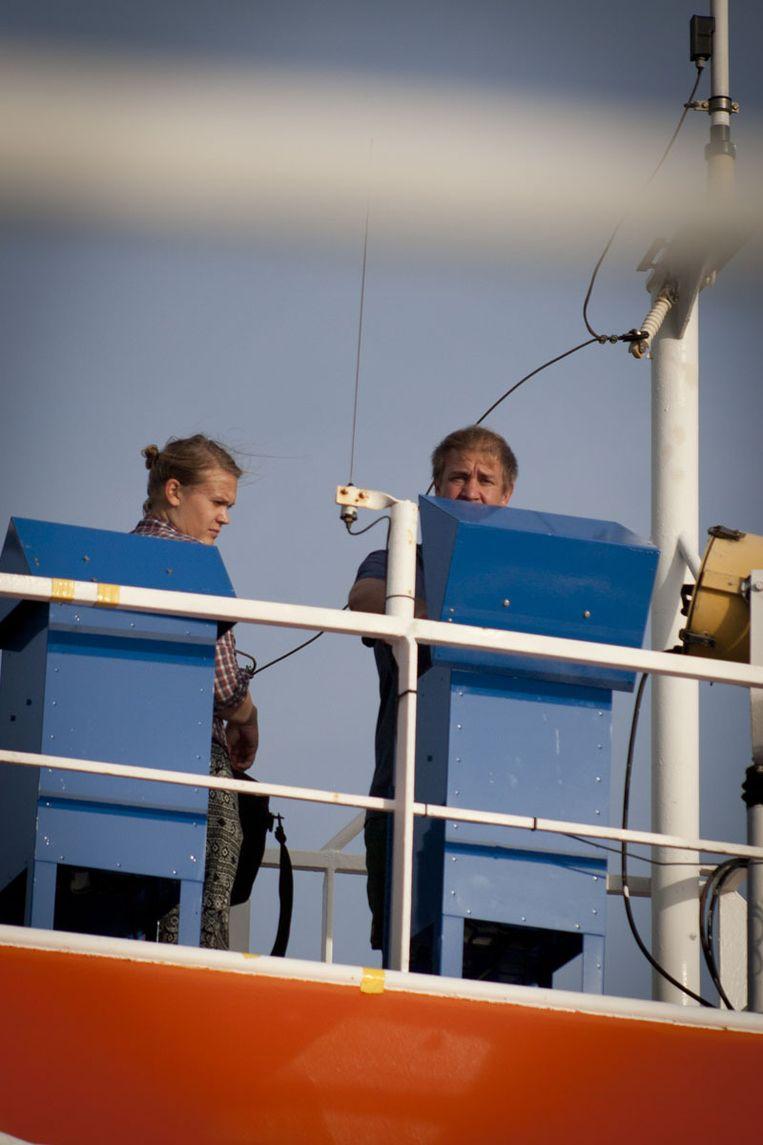 Korte (links) en Munday (rechts) verwisselen het filter bij Miele. Beeld Ronald Veldhuizen