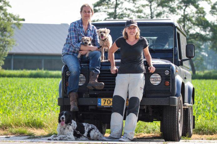 Suzanne Groen (links) en Kitty Veldkamp met hun drie honden. Volgens hen is er veel behoefte aan een kennelvrije opvang met grote speelweides.