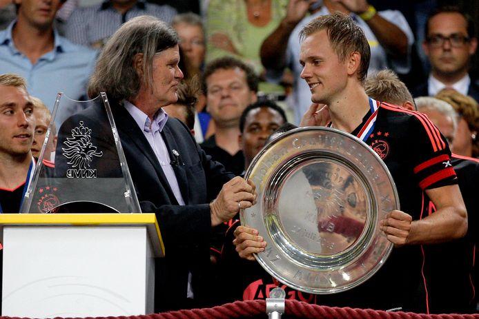 Barry Hulshoff overhandigt Ajax-captain Siem de Jong de Johan Cruijff Schaal in 2013.