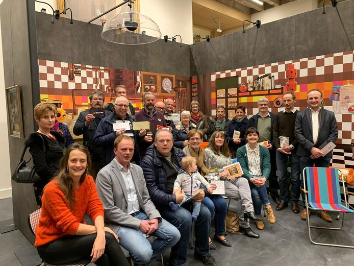 De winnaars van de wedstrijd  'Op zoek naar Gerard', samen met Katrien Goudeseune van het museum en schepen Dimitri Soenen.