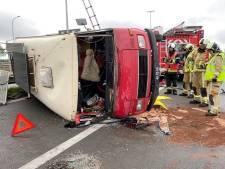 Omgebouwde camper kantelt op verkeerswisselaar E40/E403: bestuurder blijft ongedeerd