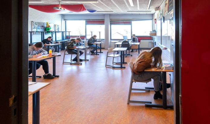 De schoolexamens in Het Streek gaan gewoon door. Wel anders dan normaal. Met maximaal 10 leerlingen in een lokaal in plaats van in een grote gymzaal.
