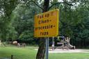 Waarschuwingsborden voor de eikenprocessierups bij de speeltuin in natuurgebied Koekendaal.