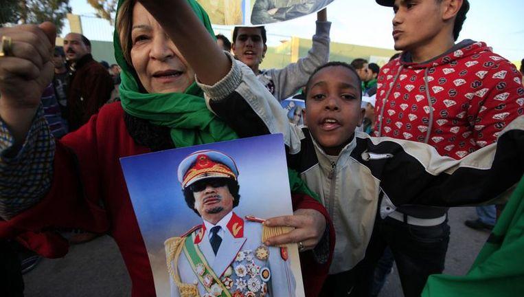 Aanhangers van de Libische leider Kadhafi bij zijn hevig bewaakte verblijf in Tripoli. Beeld reuters