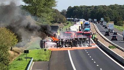 Vrachtwagen kantelt en vat vuur op E34