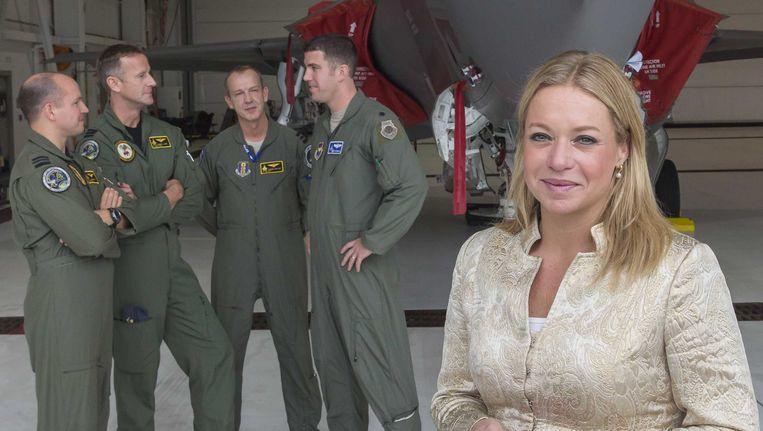 Minister van Defensie Jeanine Hennis-Plasschaert (R) op werkbezoek bij het Nederlandse JSF detachement op de Eglin Air Force Base in Florida. Beeld anp