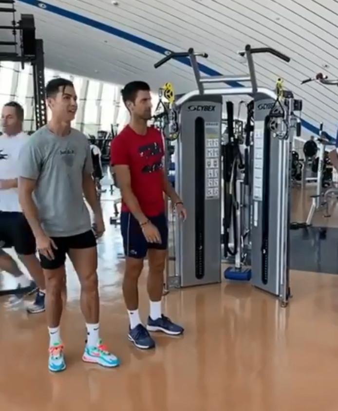 Cristiano Ronaldo leert Novak Djokovic springen.