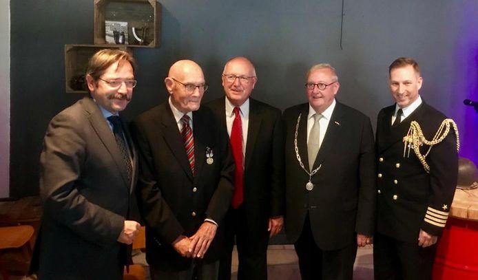 Hendrik Menzel (tweede van links), met onder meer de Amerikaanse ambassadeur Pete Hoekstra (midden) bij de uitreiking.