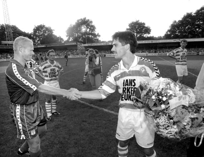 Ronald Koeman (links) overhandigt Graafschapper John Leeuwerik bloemen.