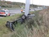 Automobilist slaat over de kop op N261 bij Waalwijk en belandt in berm