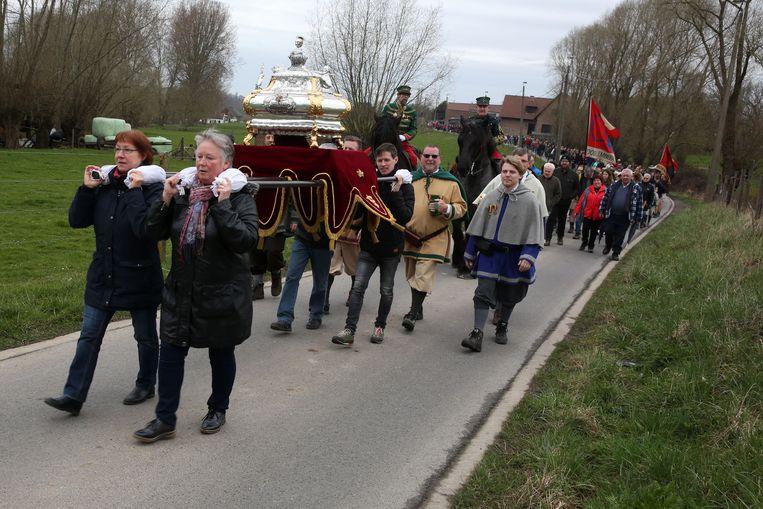 Het reliekschrijn van Sint-Veroon wordt rondgedragen tijdens de Sint-Veroonmars.