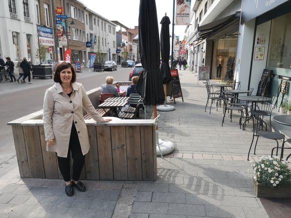 Katrien Berghmans bij het herstelde terras.