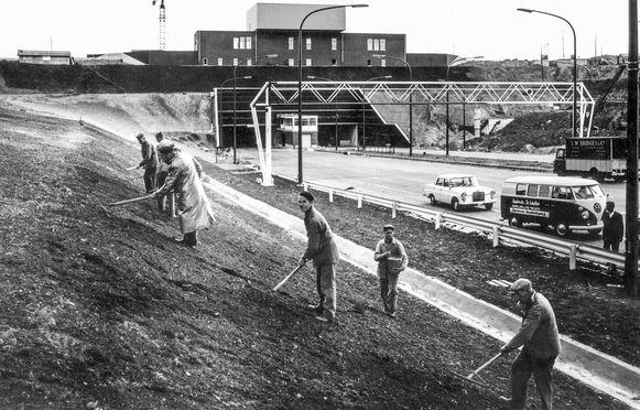 Arbeiders, bezig met de laatste afwerking, exact vijftig jaar geleden.