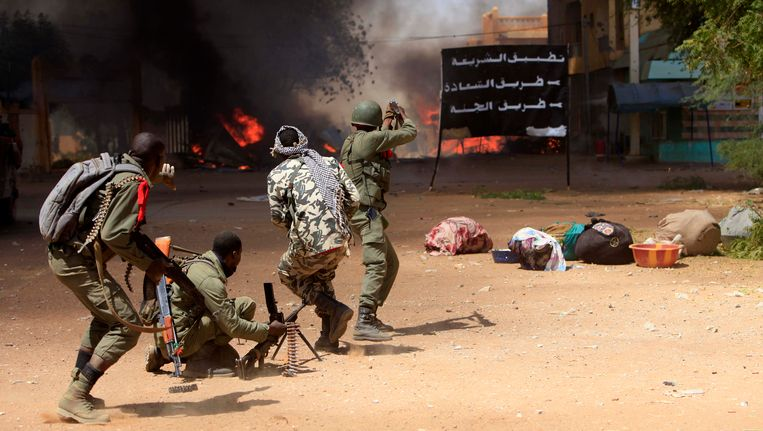 Soldaten van het Malinese leger vechten in de straten van Gao, februari 2013. Beeld AFP