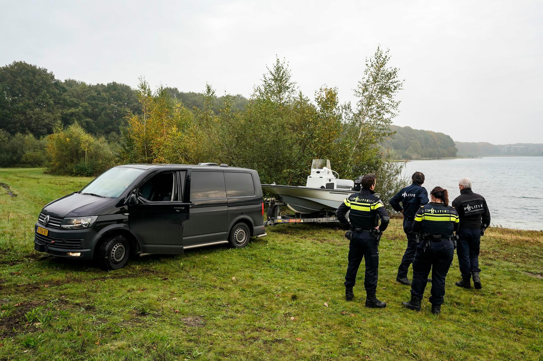 Met een open boot gaan de politie het water op.