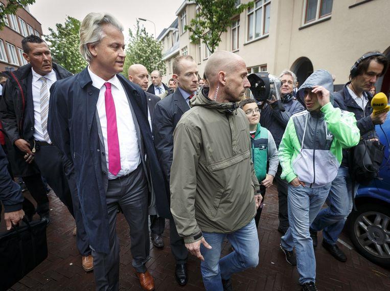 PVV Leider Geert Wilders bezoekt de zogenaamde Sharia Driehoek in de Haagse Schilderswijk naar aanleiding van een krantenartikel in Trouw waar radicale moslims de dienst zouden uitmaken op straat. Beeld Phil Nijhuis/Hollandse Hoogte