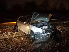 Auto raakt in slip en botst tegen vangrail