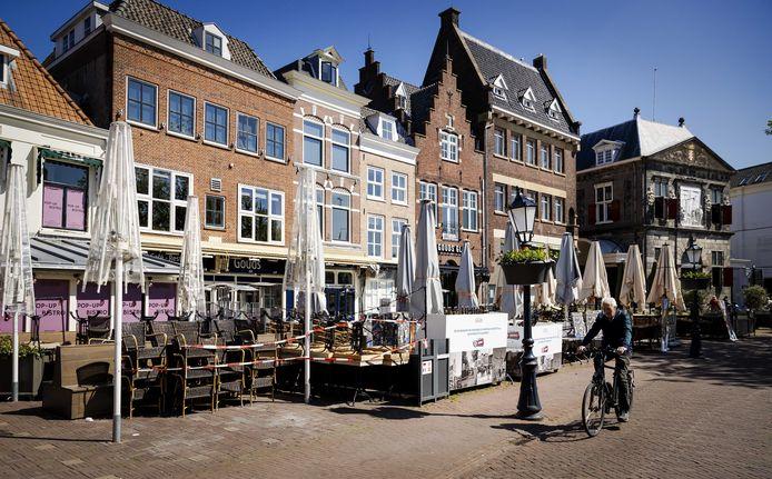 Lege en afgesloten terrassen op de Markt in Gouda.