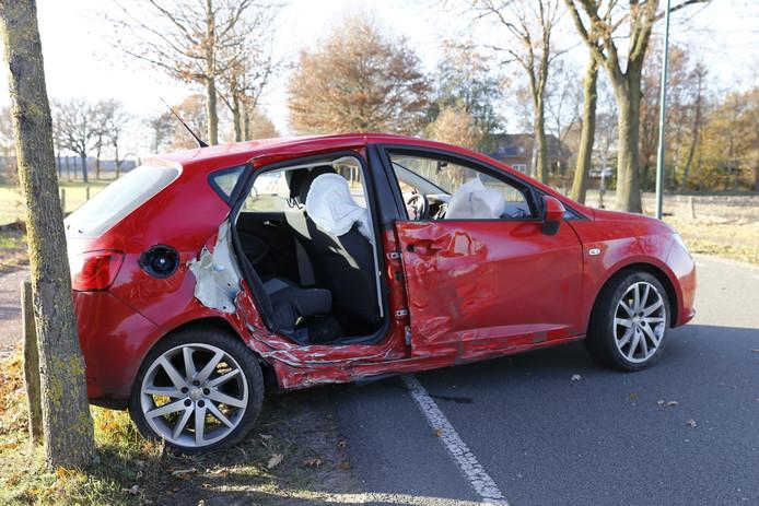 Een auto raakte total loss op de Rijkevoortseweg in Boxmeer.