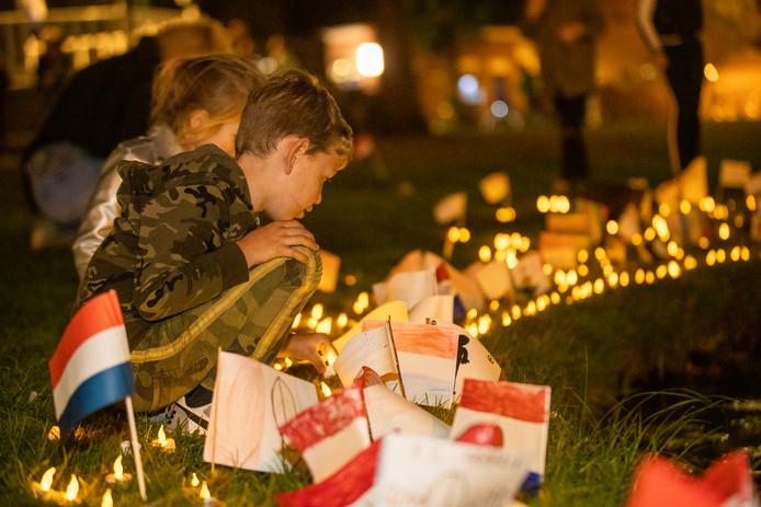 Schoolkinderen plaatsten gisteravond zo'n 1800 lichtjes bij de vijver in het Park