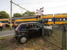 Spoorwegovergang geramd door auto in Soest: van bestuurder ontbreekt elk spoor