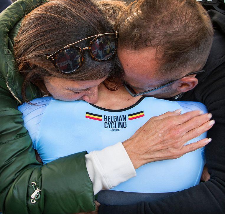 Remco Evenepoel, die het WK junioren met overmacht won, wordt omhelsd door zijn ouders. Beeld Klaas Jan van der Weij / de Volkskrant