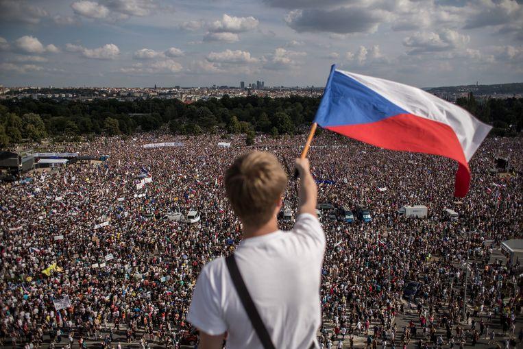 Honderdduizenden demonstranten zijn zondagavond in Praag bij elkaar om te protesteren tegen premier Babis en zijn regering. Beeld EPA