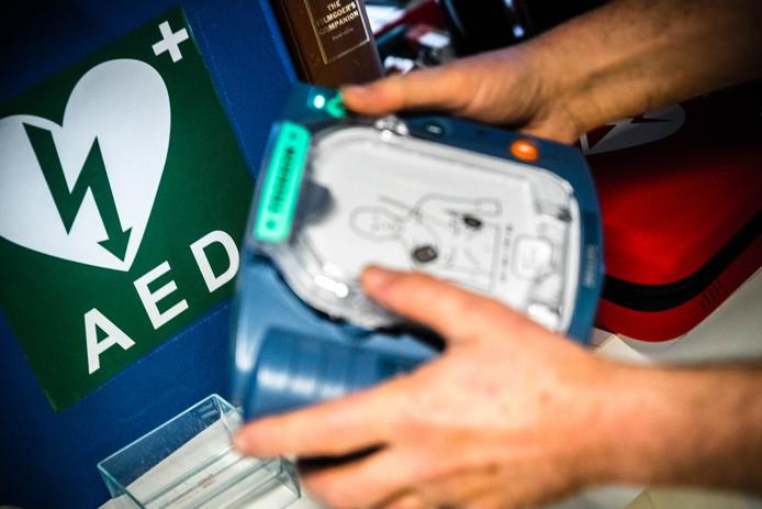 De AED is een draagbaar toestel dat gebruikt wordt bij het reanimeren van een persoon.